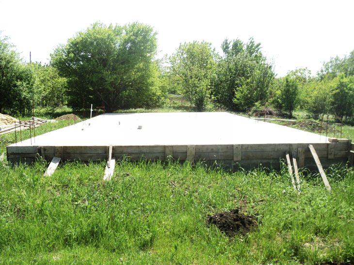 Электрофицированный участок с фундаментом, скважиной, плодоносящим садом.