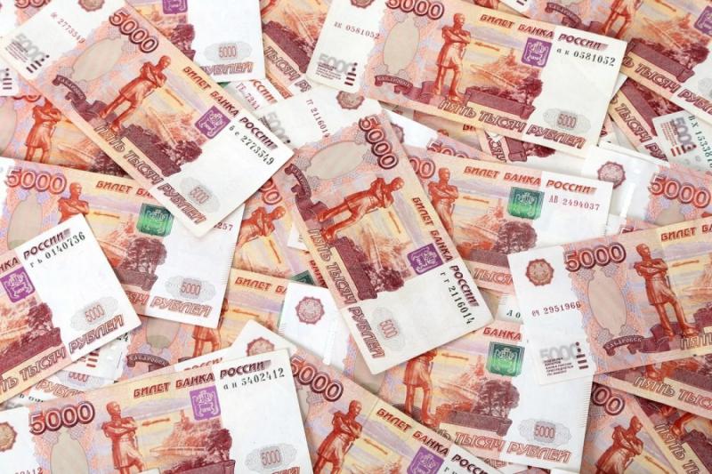 Работник банка с большим стажем помогает оформлять крупные банковские кредиты.