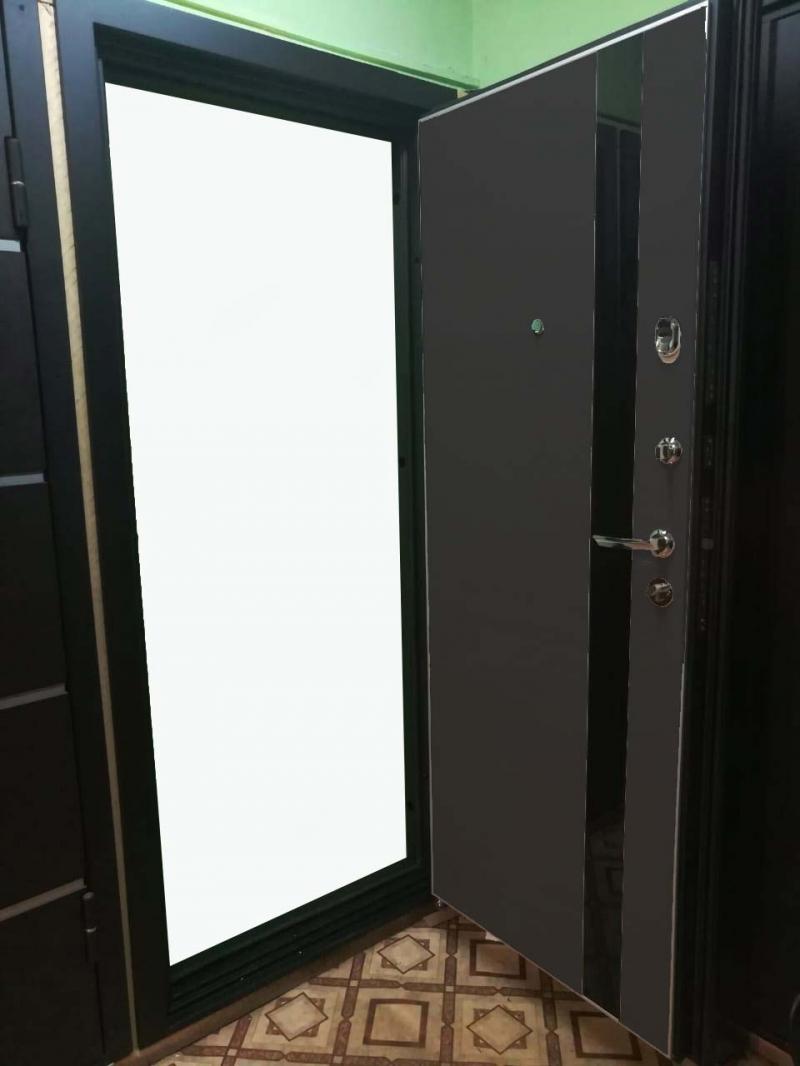 Дверь Титан Листвиница Чрное стекло, алюминиевый молдинг